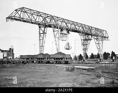 Negative - Newport, Victoria, vor 1918, mit einem Laufkran Kohle von Eisenbahnwagen auf dem Newport Power House zu entladen - Stockfoto