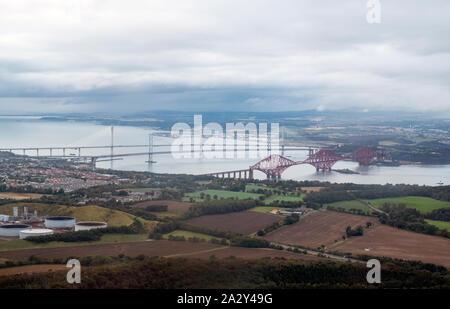 Luftaufnahme der drei Brücken, die sich über die ERHABENE zwischen South und North Queensferry, Schottland. - Stockfoto