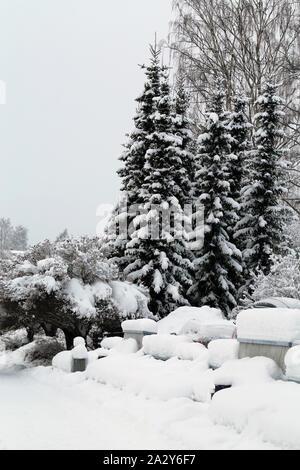 Schöne real life winter wonderland Szene fotografiert während ein Wintertag in Kuopio, Finnland. Es gibt jede Menge Schnee auf dem Boden. - Stockfoto