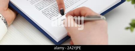 Arm füllen und wichtige Form zu Pad abgeschnittene Zeichen - Stockfoto