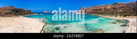 Super Antenne Panoramablick auf den berühmten Strand von Balos Balos Lagune und Pirat Insel Gramvousa. Ort des Zusammenflusses von drei Meeren (Ägäis, Ad - Stockfoto