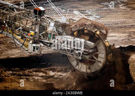 Große Schaufelradbagger Bergbau Maschine bei der Arbeit in einem Braunkohle Tagebau. - Stockfoto