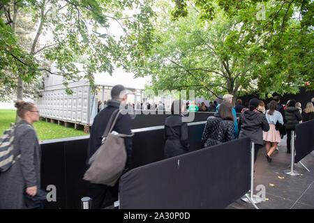 Regent's Park, London, UK. 4. Oktober 2019. Frieze London verfügt über mehr als 160 der weltweit führenden Galerien, wo die Besucher anzeigen und Kunst aus über 1.000 der heutigen Schwellen- und iconic Künstler kaufen. Besucher Warteschlange für die Show, die bis 6. Oktober läuft. Credit: Malcolm Park/Alamy Leben Nachrichten. - Stockfoto
