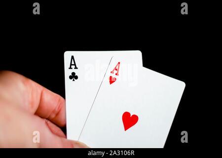 Zwei Asse in der Hand - Stockfoto
