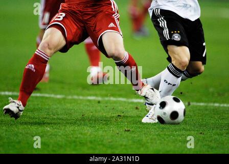 Signal-Iduna-Arena Dortmund, Deutschland 11.10.2008, Fußball: Internationale qualifer für WM 2010, Deutschland (GER, Weiß) vs Russland (RUS, rot), die Beine der Spieler den Ball kämpfen fo - Stockfoto