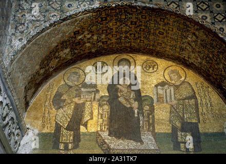 Istanbul, Türkei. Die Hagia Sophia. Mosaik, die Jungfrau Maria, die Jesus, flankiert von Kaiser Konstantin der Große (rechts) mit einem Modell der Stadt Konstantinopel, und Justinian I. (links), ein Modell der Hagia Sophia. Tympanon über dem südwestlichen Eingang, 944.
