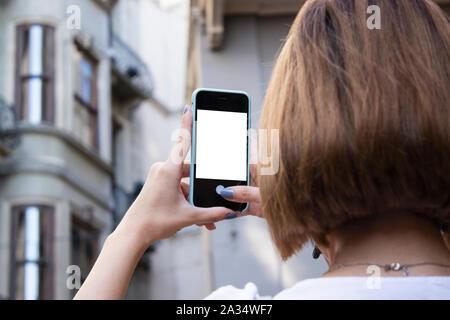 Smartphone mockup Bild der Hand einer Frau mit Mobiltelefon mit leeren Bildschirm. - Stockfoto