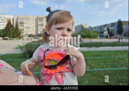 Süße kleine Mädchen spielen im sonnigen Sommer Park. Kleinkind Kind laufen und springen in einer Straße. Kinder spielen im Freien. Vorschüler im Schulhof auf warmen Tag. - Stockfoto