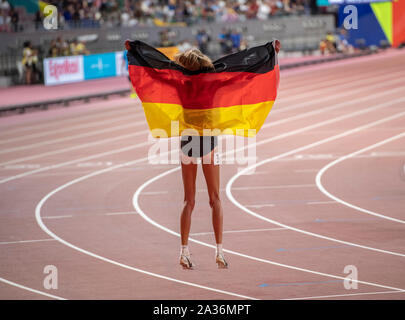 Konstanze Klosterhalfen von Deutschland feiert ihren dritten Platz in der 5000-m-Final an Tag 9 der 17. IAAF Leichtathletik WM 2019 in Doha Khalifa International Stadium. Credit: SOPA Images Limited/Alamy leben Nachrichten - Stockfoto