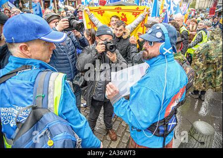 """Edinburgh, Großbritannien. 05 Okt, 2019. Getty Fotograf Jeff J Mitchell fotografiert von beliebten Der demonstrant Daz Mann während der März. Tausende schottische Unabhängigkeit Unterstützer marschierten durch Edinburgh als Teil der abschließenden """"Alle unter einem Banner """"Protest des Jahres, als die Koalition zielt darauf ab, eine solche Veranstaltung bis Schottland ist """"frei"""" laufen. Credit: SOPA Images Limited/Alamy leben Nachrichten - Stockfoto"""