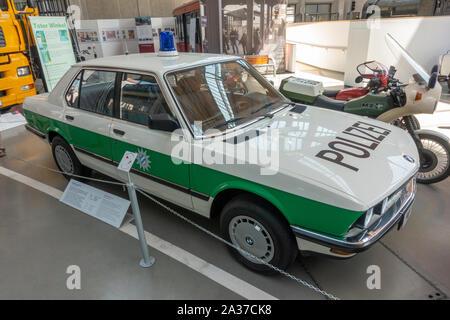 Ein BMW 525 ie Deutsche Polizei Streifenwagen (1985) im Deutschen Museum Verkehrszentrum (Deutsch Transport Museum), München, Deutschland. - Stockfoto