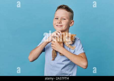Fröhliche freundliche Junge seine orange Pet umarmen, Nahaufnahme, Portrait, Lifestyle, Hobby inteest, Liebe - Stockfoto