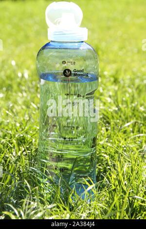 Flasche mit Wasser in einer Wiese - Stockfoto