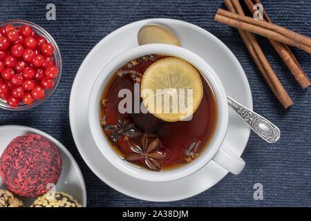 Spice Tee, Zimt, schwarzer Pfeffer, Kardamom, Sternanis, Nelken, Zitrone und heißer Apfelsaft. Nahaufnahme, Ansicht von oben. Zimt Tee. Tee trinken - Stockfoto
