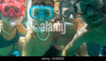 Unterwasser selfie Schoß einer Familie von vier tragen Schnorchel und Masken, Menorca, Spanien - Stockfoto