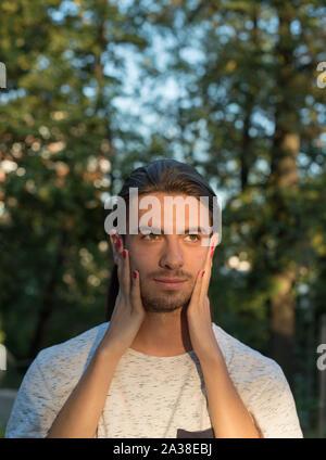 Der Frau die Hände auf das Gesicht eines Mannes - Stockfoto
