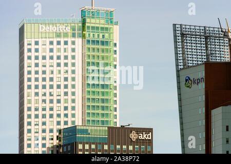 Moderne Bürogebäude von Deloitte und AKD auf der Rechtbank Rotterdam, Niederlande - Stockfoto