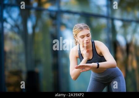 Fitness. Athlet Mädchen, thlete Übung an der Außenseite, Frau fitness. Junge schöne Frau Stretching im Park