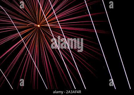 Spektakulär und bunte Weihnachten Feuerwerk, Licht Funken über schwarzen Hintergrund. - Stockfoto