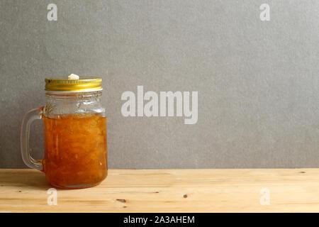 Citron Kaffee in einer Glasflasche auf Holztisch mit grauer Hintergrund - Stockfoto