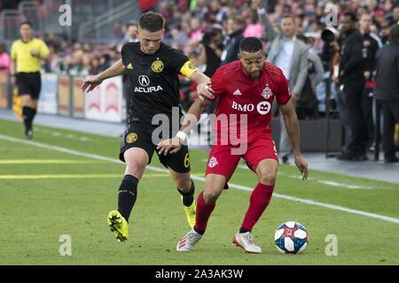 Toronto, Ontario, Kanada. 6. Okt, 2019. WIL TRAPP (6) und Justin MORROW (2) in Aktion während der MLS-Spiel zwischen Toronto FC und Columbus Crew SC. Toronto gewann 1:0 Quelle: Engel Marchini/ZUMA Draht/Alamy leben Nachrichten - Stockfoto