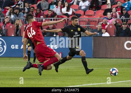 Toronto, Ontario, Kanada. 6. Okt, 2019. YOUNESS MOKHTAR (34) und Omar Gonzalez (44), die in Aktion während der MLS-Spiel zwischen Toronto FC und Columbus Crew SC. Toronto gewann 1:0 Quelle: Engel Marchini/ZUMA Draht/Alamy leben Nachrichten - Stockfoto