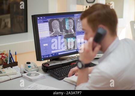 Stadt Gomel, Belarus vom 31. Mai 2017. City Hospital. Der Arzt macht magnetische Resonanz Therapie. Ärztliche Untersuchung des Körpers. Diagnose des Steuergeräts - Stockfoto