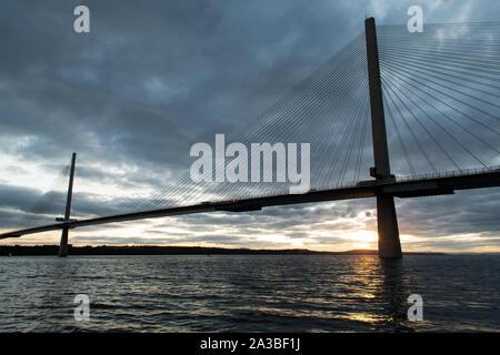 Queensferry Crossing bridge bei Sonnenuntergang. Die Brücke ist über erhabene Bay. Schottland, Großbritannien. - Stockfoto