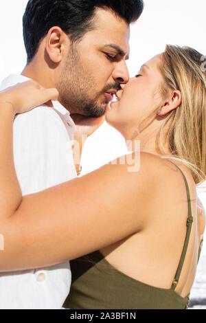 In der Nähe von romantischen in-Liebe und glückliche Mixed Race Paar küssen einander. Kaukasische blonde Frau und Türkisch (Naher Osten) der Mensch in der Liebe. - Stockfoto