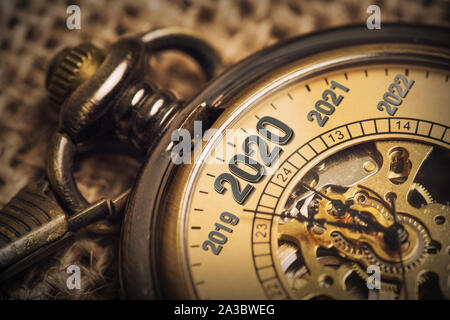 Erwarten das neue Jahr 2020 mit einer Metapher der tickende Taschenuhr. - Stockfoto
