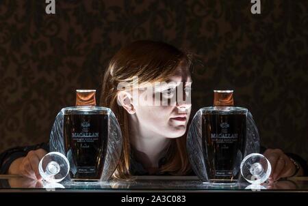 Edinburgh, Vereinigtes Königreich. 07 Oktober, 2019 Bild: Georgina Porteous, Junior Whisky Whisky Specialist am Bonhams Auktion. Der Bonhams Whisky Auktion findet am 9. Oktober 2019 übernehmen. Unter den Sammlungen werden zwei Flaschen Macallan Lalique 50 Jahr alt sein. Die erste Der Lalique sechs Säulen Sammlung von seltensten Single Malts der Brennerei, zwischen 2006-2016 veröffentlicht. Sie sind geschätzte £ 67,000-93,000 jedes zu holen. Credit: Rich Dyson/Alamy leben Nachrichten - Stockfoto