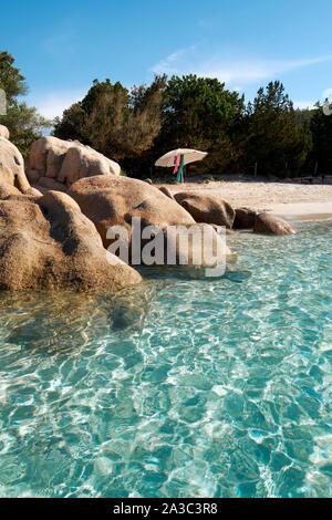 Eine Abgeschiedene klares Wasser, weißer Sandstrand und Felsen mit Sonnenschirm/Plage de Santa Giulia/Strand von Santa Giulia, Porto Vecchio Korsika - Korsika Strand