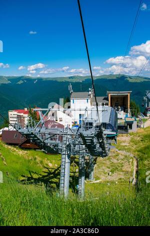 Sinaia, Prahova, Rumänien - 29. Juni 2019: Blick auf die Seilbahn Gondel Säulen Installation in Sinaia 1400 m Höhe, Valea Prahovei, Rumänien. - Stockfoto