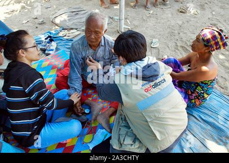 Indonesien Lombok Anyar Medical mobile Hilfe für Opfer des Erdbebens Yeu Yakkum Emergency Unit Docter Inspektion Opfer NGO-Unterstützung durch Act Allie - Stockfoto