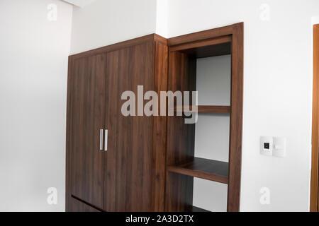 Moderne braun Holz- Schrank im Zimmer. - Stockfoto