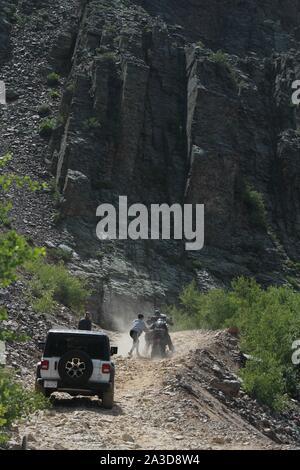 Helfen ein Motorradfahrer entlang einer Jeep Offroad Trail - Stockfoto