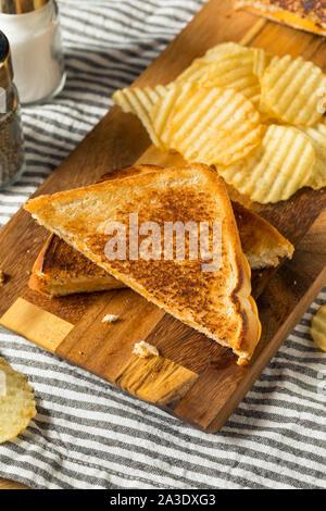 Hausgemachte gegrillt Käsebrot mit Kartoffelchips - Stockfoto