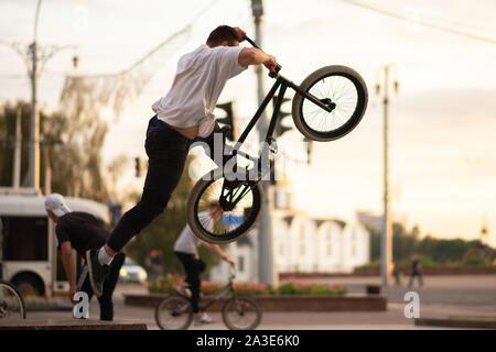 Der Kerl, ein Trick, springt aus dem BMX, von der Brüstung. - Stockfoto