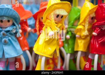 Verschiedene colouful Kinder Puppen in Kunststoff Regenmäntel - Stockfoto