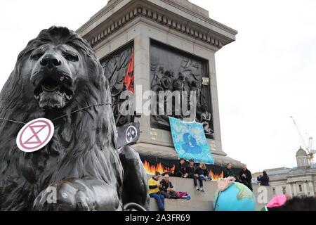 London, Großbritannien. 8. Oktober, 2019. Das Aussterben Aufstandsbewegung Stadien weltweit Proteste. Die Demonstranten versammeln sich in Westminster die Gefahren des Klimawandels für Mensch und Umwelt zu markieren. Quelle: Uwe Deffner/Alamy leben Nachrichten - Stockfoto