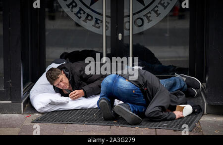 Cardiff Wales, an der High Street obdachlose Männer in der Tür eines Gebäudes schlafen - Stockfoto