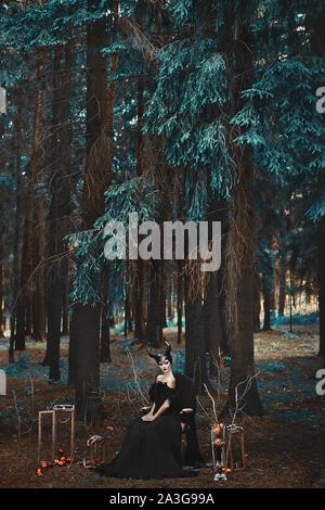 Stilvolle Modell Mädchen im Bild von malefiz Posing unter Mystic Forest - märchenhafte Geschichte. Cosplay auf malefiz. Geheimnisvolle Modell Mädchen mit Make-up - Stockfoto