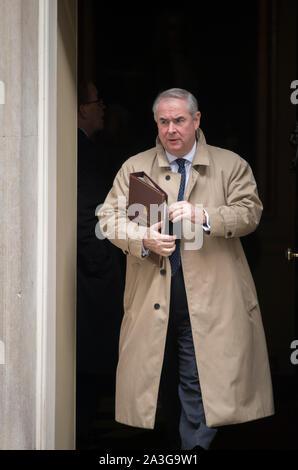 Downing Street, London, UK. 8. Oktober 2019. Geoffrey Cox QC, Attorney General in Downing Street für die wöchentliche Kabinettssitzung. Credit: Malcolm Park/Alamy Leben Nachrichten. - Stockfoto