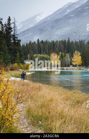 Riverside Blick auf die Rocky Mountains über den Bow River in der Bergstadt Banff Alberta - Stockfoto