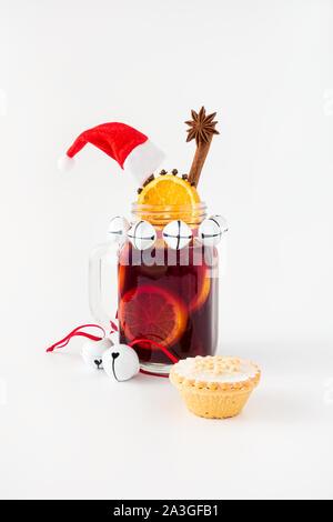 Glühwein, Weihnachtsdekoration und Mince Pie auf weißem Hintergrund. - Stockfoto