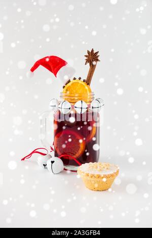Glühwein, Weihnachtsdekoration, Mince Pie, Weihnachtsdekoration und Schneefall. - Stockfoto