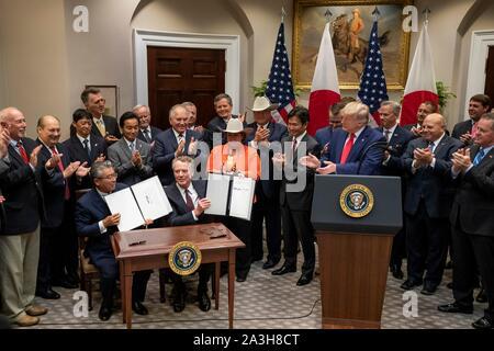 Washington, Vereinigte Staaten von Amerika. 07 Okt, 2019. Washington, Vereinigte Staaten von Amerika. 07. Oktober 2019. Us-Präsident Donald Trump, rechts, und andere Beamte applaudieren, die nach der Unterzeichnung des US-japanischen Handelsabkommen und die US-japanischen digitalen Handelsabkommen im Roosevelt Raum des Weißen Hauses Oktober 7, 2019 in Washington, DC. Handelsvertreter Botschafter Robert Lighthizer und japanischen Botschafter in den Vereinigten Staaten Shinsuke Sugiyama, halten die Vereinbarungen. Credit: Tia Dufour/White House Photo/Alamy leben Nachrichten - Stockfoto