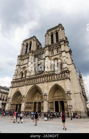 Die Fassade der Kirche Notre-Dame-de-Paris die Kathedrale - Stockfoto