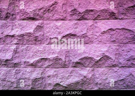 Textur der rauhen Stein lila Wand gemalt. Vintage violet brick Hintergrund.