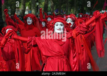 Die Gruppe als die Rote Rebellen in einer Prozession verlassen St James's Park, in der Nähe der Voliere bekannt zu Fuß, während der dritte Tag der Auslöschung Rebellion (XR) Protest in Westminster, London.